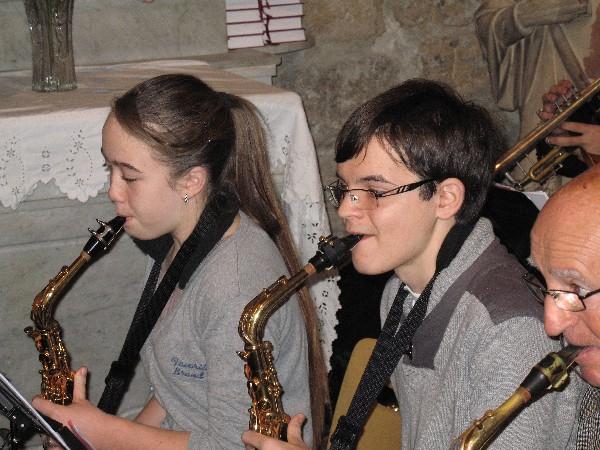 école de musique Noves : musique in Nov' notre pupitre de saxo en plein concert