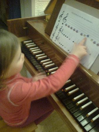 Piano, synthétiseur ou clavecin, l'enfant associera la note du clavier à la touche et reproduira des petites comptines chantées