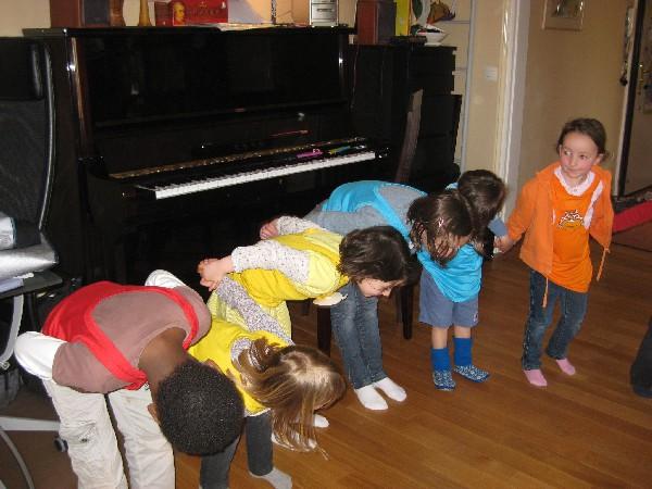 Petite chorégraphie au cours de l'audition devant les parents. Chaque enfant y jouera une petite partition au piano.