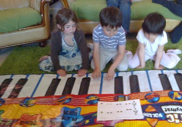 Orchestre sur grand piano : chaque enfant est responsable d'une ou deux notes.