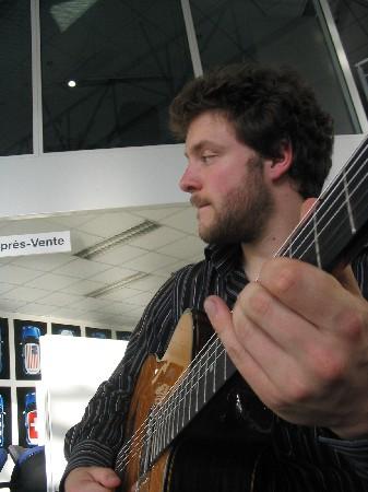 Pierre-Luc - toujours des idées - avec ces guitares - un passionné !!!